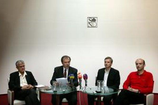 Štefan Bučko, Pavol Smolík, Slavomír Jakubek a Rastislav Štúr (zľava doprava) sa včera prvýkrát postavili pred novinárov a oficiálne komentovali príčiny svojho niekoľkohodinového odchodu zo Slovenského národného divadla.