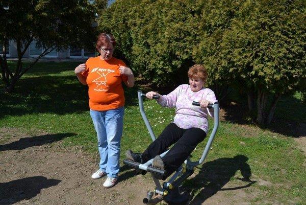 Cvičebné stroje si vyskúšali aj novácki seniori.