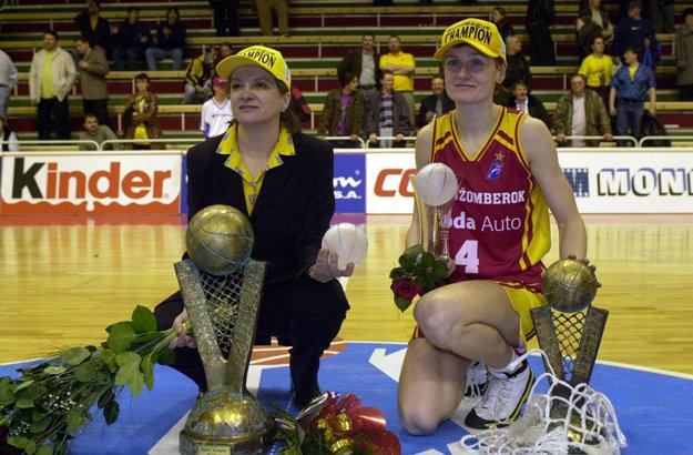 To boli časy. V roku 2000 sa najlepším ženským basketbalovým tímom v Európe stal už po druhý raz Ružomberok. Na snímka trénerka Hejková a kapitánka Bieliková.