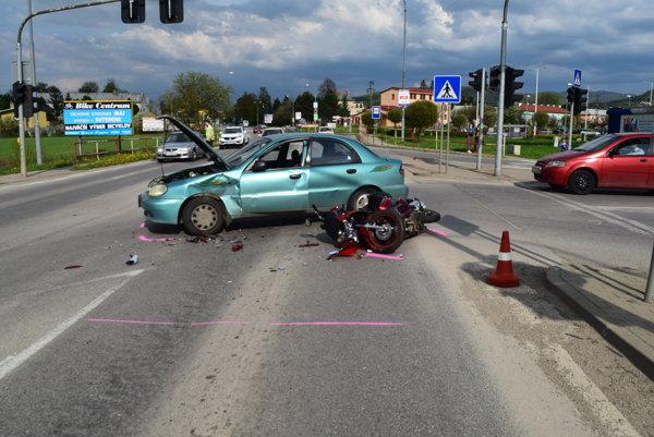 Zrážka osobného auta s motocyklom.