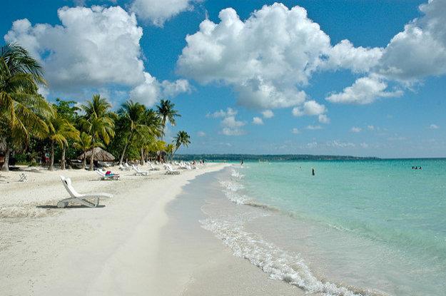 Piesočná pláž na severozápadnom pobreží Jamajky.