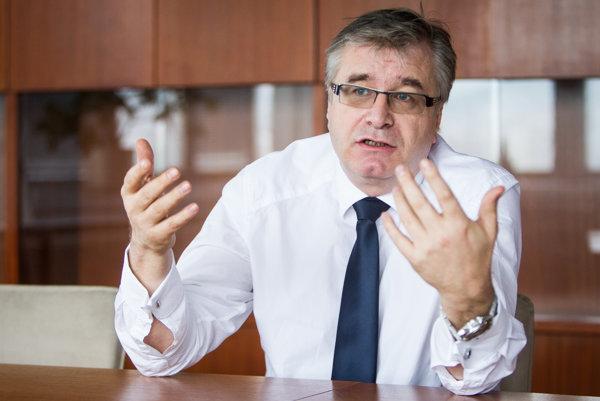 Ivan Švejna (50) je podpredsedom Mosta-Hídu pre ekonomiku. V roku 2010 sa za vlády Ivety Radičovej nakrátko stal štátnym tajomníkom na ministerstve dopravy. Odstúpil pre kauzu hayekovci. Pred vstupom do politiky šéfoval Nadácii F. A. Hayeka. Prispel k zavedeniu druhého piliera dôchodkového sporenia na Slovensku.