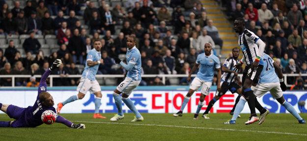 Vurnon Anita z Newcastle United strieľa gól do siete Manchesteru City.