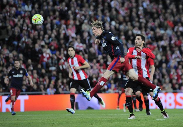 Fernando Torres strieľa hlavou jediný gól zápasu.