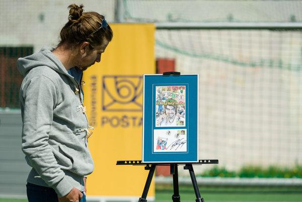 Peter Sagan sleduje známku so svojou podobizňou.
