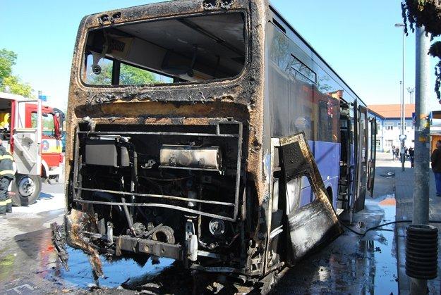 Autobus zhorel v motorovej časti.