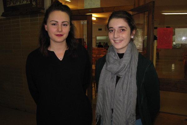 Gymnazistky Kamila (vľavo) s Luciou chcú v školskej jedálni vegetariánske jedlá.