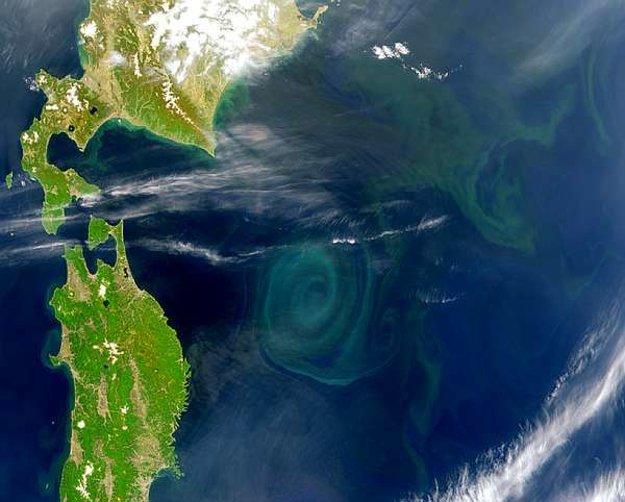 Špirálový vzdušný vír pri východnom pobreží Japonska.