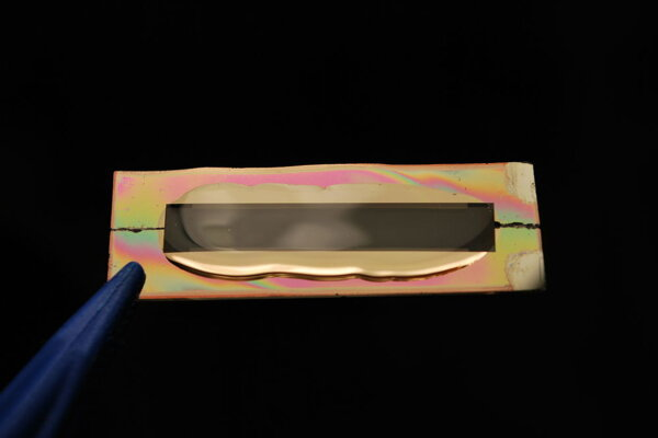 Gél chráni zlaté nanovlákna s vrstvou oxidu mangánu pred koróziou, takže batéria vydrží 400 krát viac cyklov.