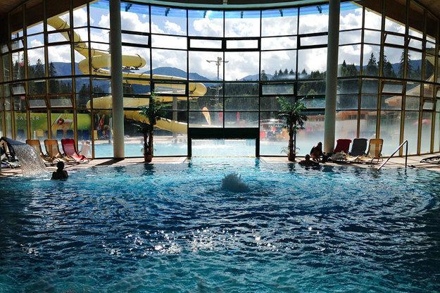 Thermal Aquapark Oravice ponúka okrem krásnych výhľadov aj vonkajší bazén s umelým vlnobitím.