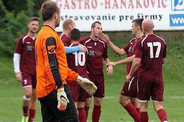 Radosť Čeľadičanov po góle Eduarda Gajdoša (druhý zľava v bordovom drese).