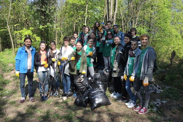 Mladí reportéri, ktorí sa postarali o vyčistenie lesoparku Brezina.