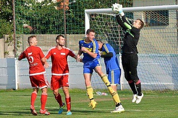 Futbalisti Nededu (v červených dresoch zo zápasu s Vrábľami) v nedeľu porazili Nové Zámky 2:0. Bolo to ich prvé víťazstvo v sezóne.
