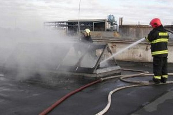 Požiar vznikol skladu, horela zmes koksu a pneumatík.