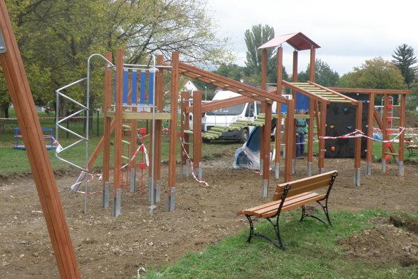 Detské ihrisko bude hotové možno skôr ako na konci novembra.