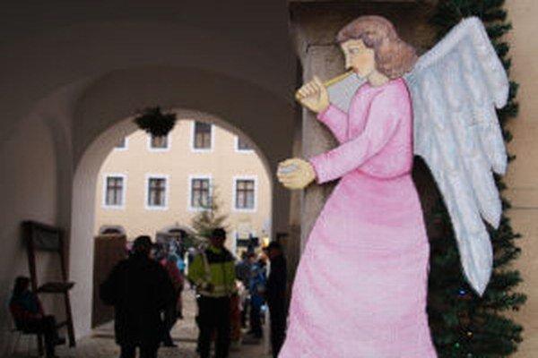 Vianočné trhy na nádvorí Kammerhofu lákali návštevníkov v piatok aj dnes.