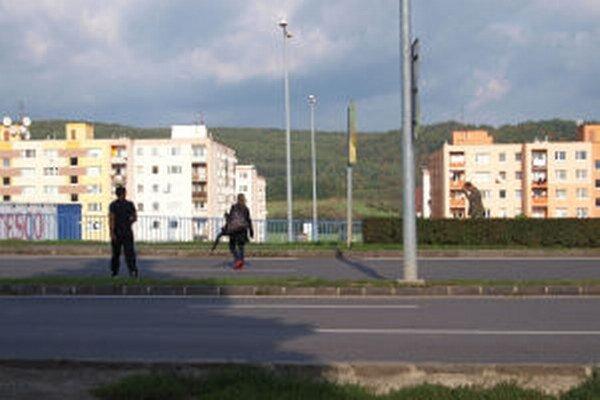Chodci na Ulici SNP prechádzajú mimo priechodov.