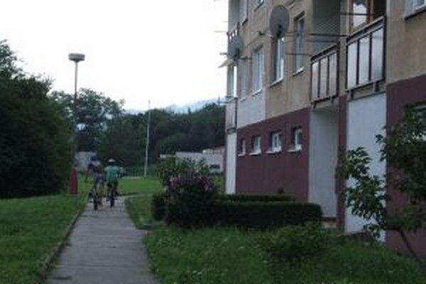 Diviaky sa v Žarnovici prechádzajú aj popred tento panelák.
