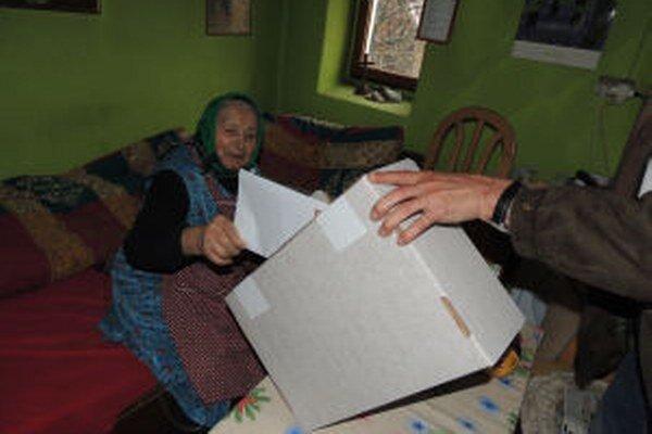 Deväťdesiatročná Mária Kosorová počas volebného aktu.