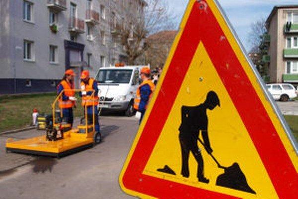 S opravou výtlkov po zime začali mestskí cestári v Žiari v týchto dňoch. Prvý raz s použitím infračerveného nahrievača.