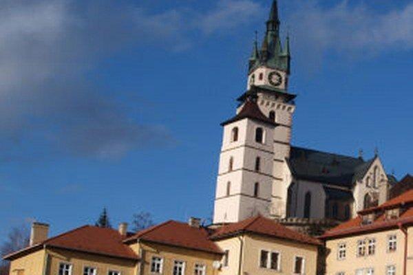 Zvon z veže zvoláva na bohoslužby všetkých veriacich.