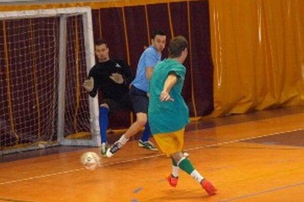 Galaktikos – Wartburgovci. Otvárajúci gól kvalitného zápasu strelil Žiak.