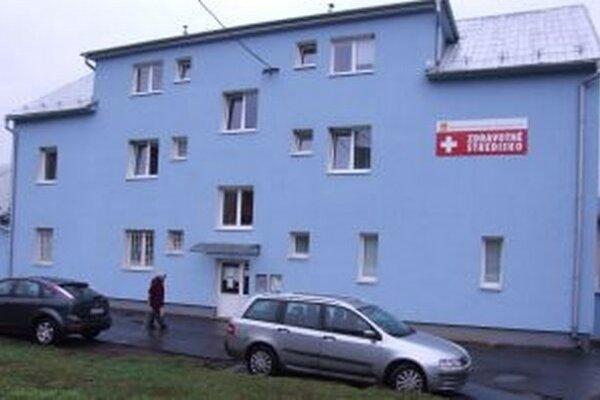 Zdravotné stredisko v Žarnovici. Budova, v ktorej sa nachádza, je bez výťahu.