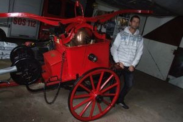 Obnovovaná striekačka. Ukázal nám ju jeden zo žarnovických dobrovoľných hasičov Ľubomír Tomka.