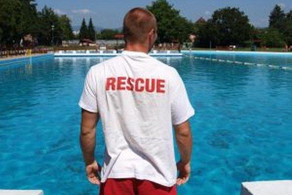 Na bezpečnosť dohliadajú štyria plavčíci.