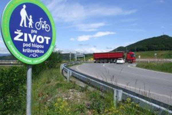 Značka upozorňuje na neprehľadnú križovatku, kde majú vodiči obmedzený výhľad.