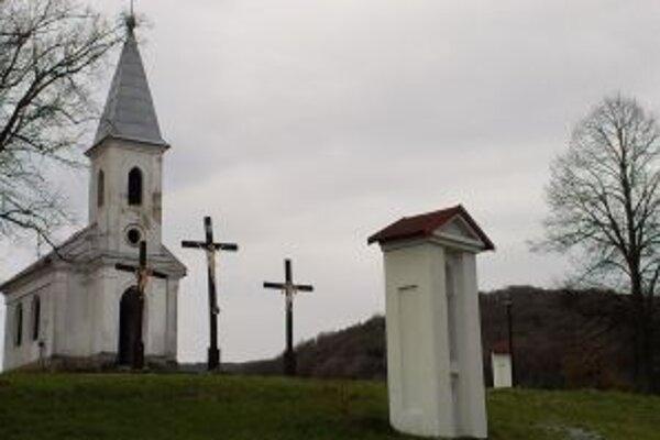 Kalvária v Žarnovici. Dobrovoľníci ju postupne skrášľujú.