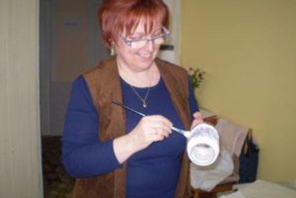 Marika Tužinská zdobí dekupážou rôzne vázy, črepníky, aj fľaše.
