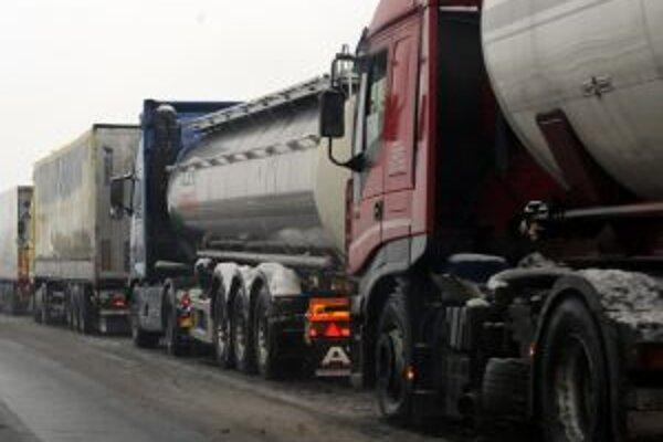 Kamióny majú opäť problémy v smere z Handlovej do Žiaru aj na horskom priechode Veľké Pole.