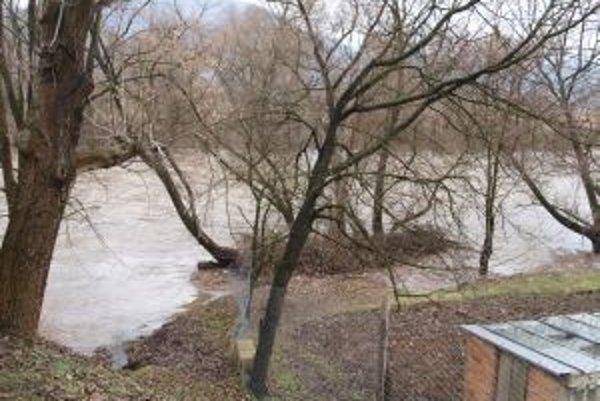 V niektorých obciach sa voda dostala do záhrad. Fotografia zo Šášovského Podhradia z dnešného dopoludnia.