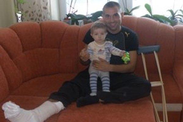 Zranený Michal Páleník. Počas doliečovania nohy sa naplno venuje rodine.