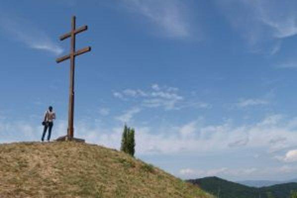 Nad Repišťom sa vypína viac ako sedemmetrový dubový kríž.