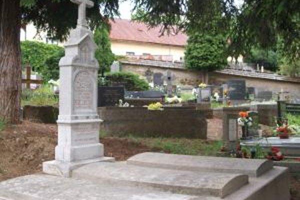 Hrob známeho fajkára po obnove. Odstránením vrstvy machu a lišajníkom odkryli pôvodnú belosť náhrobku.