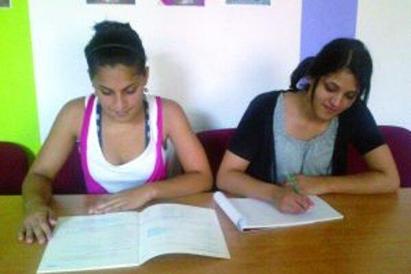 Dievčatá sa pripravujú na opravné skúšky.