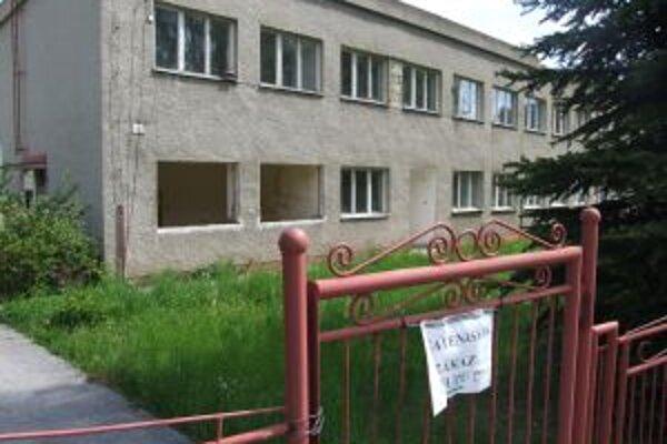 Bývalá škôlka v Banskej Belej. Do konca roka by na tomto mieste mal stáť obytný dom s dvanástimi bytmi.
