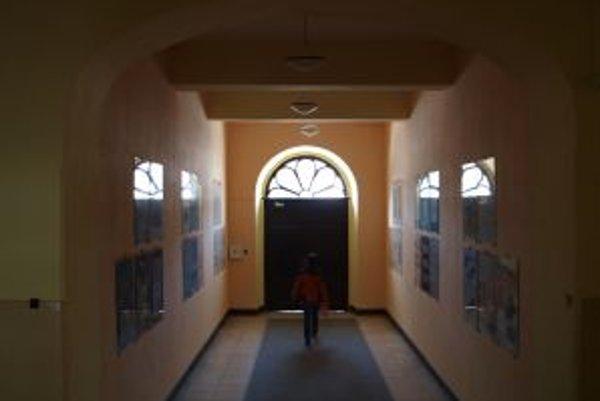 Dôvodom ťažkostí sú podľa riaditeľky spojených stredných škôl vysoké stropy a staré zle izolujúce okná v ich budove.