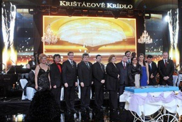 Ocenené osobnosti. Krištáľové krídlo za rok 2011 si v kategórii Výtvarné umenie odniesol Ferdinand Chrenka (druhý zľava).