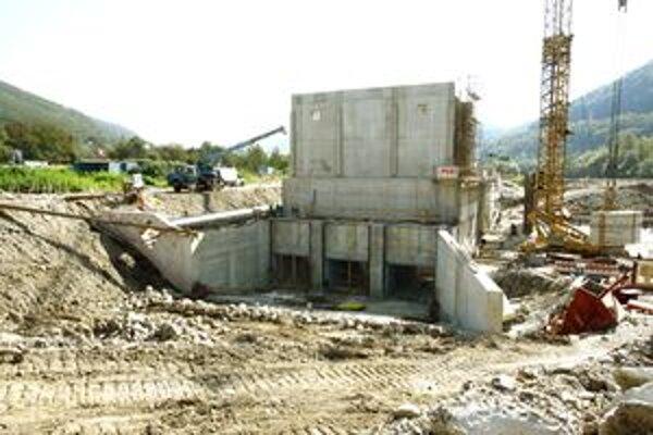 Vodná elektráreň v Hronskej Dúbrave. Ďalšia by mala pribudnúť na rozhraní Trnavej Hory a Pitelovej.