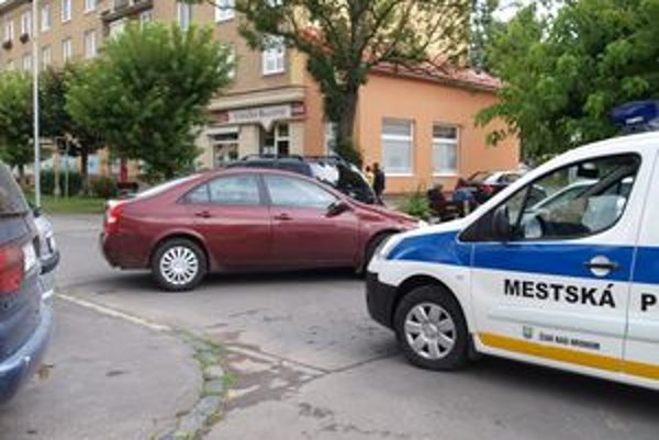 Auto stálo krížom cez cestu a okoloidúci diskutovali, ako sa tam mohlo dostať.
