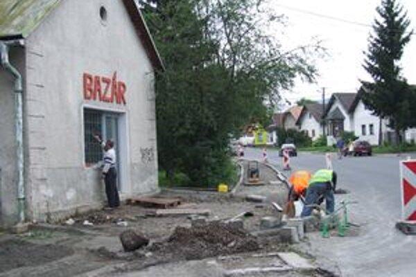 V Hliníku opravujú chodníky. Práce by mali ukončiť tento rok.