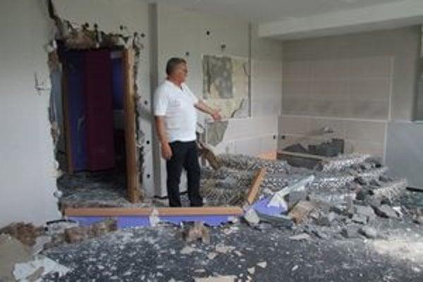 Zdemolovaný interiér. Vladimír Valent ukazuje miesto, kde sa predtým nachádzala rohová vaňa.