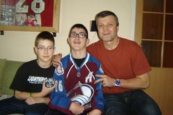 Stretnutie s Petrom Šťastným. V strede Danko Magdolen v drese Colorado Avalanche, vľavo jeho brat Martin s pukom na pamiatku.