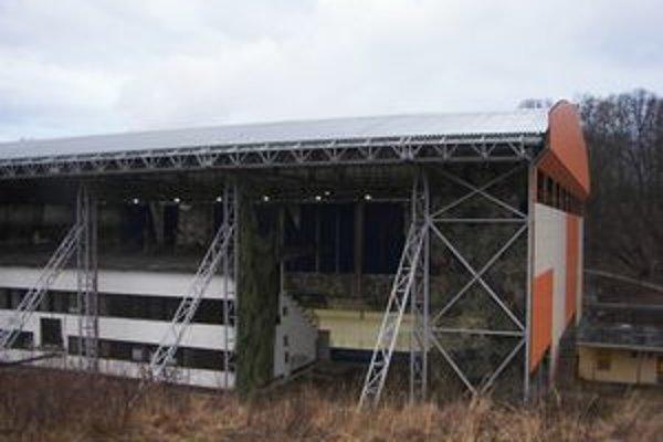 Žiarsky zimný štadión. Jeho areál negatívne poznačili povodne.