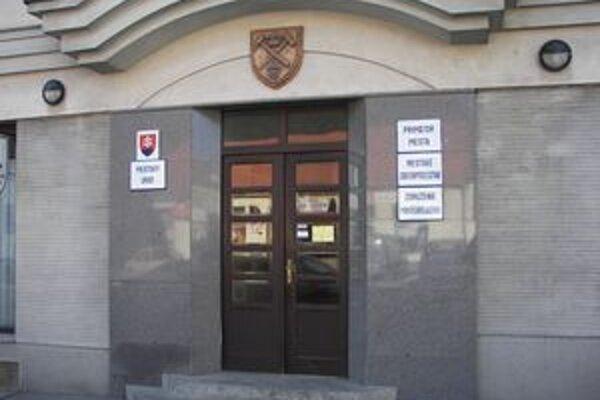 Mestský úrad v Novej Bani. Jeho vedenie sa rozhodlo šetriť, ako jedni z prvých to pocítili zamestnanci technických služieb.