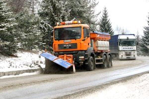 Sneženie uplynulých dní komplikuje život vodičom.