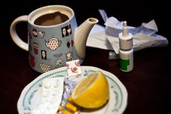 """Čaj, citrón či teplomer sú """"povinnou"""" výbavou každého pacienta bojujúceho proti chrípke."""